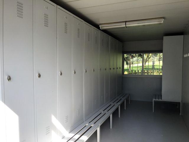 Location construction modulaire vestiaires sportifs - Sportifs dans les douches ...