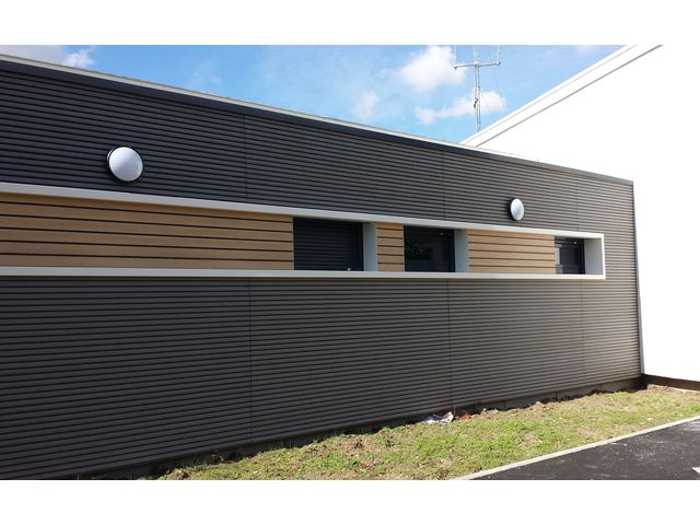 Habillage de fa ade en bois composite claire voie innovant contact abri and co - Habillage facade maison ...