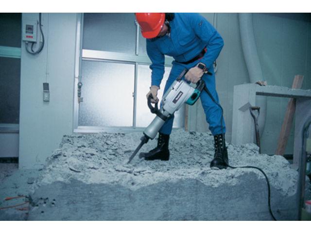 Image de marteau-piqueur détruisant un bloc de béton