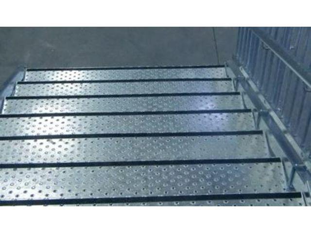 Marches en t le petits picots avec nez de marche antid rapant contact bombrun les escaliers - Plaque aluminium antiderapante ...