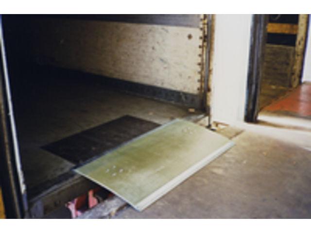 plaque de quai en polyester renforc plastipont contact habrial manutention. Black Bedroom Furniture Sets. Home Design Ideas