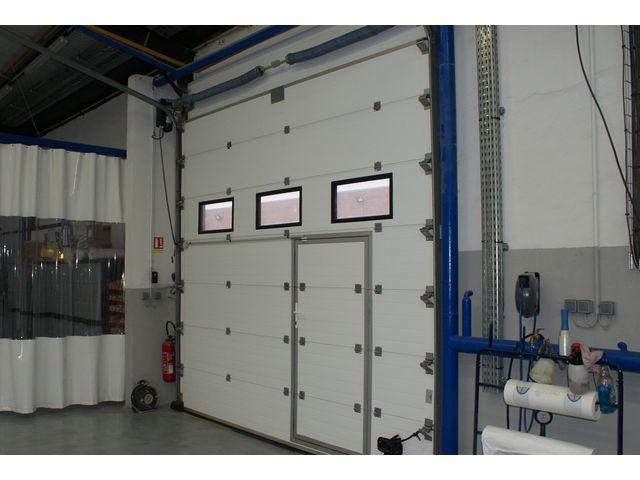 Porte industrielle avec porte de service int gr e contact smf services - Porte de garage industrielle sectionnelle ...