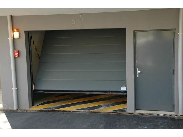 Portes de garage basculantes safir intro2 t le lisse contact safir groupe accedia - Tole pour porte de garage ...