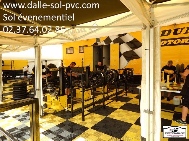 Revetement sol stand salon exposition evenementiel foire contact dalle sol pvc com une for Stand evenementiel salon