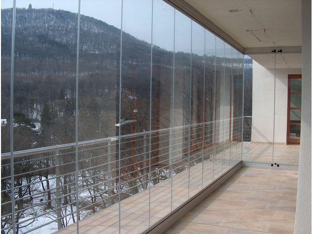 Syst me de vitrage cover sans montants pour balcons et for Code du batiment chambre sans fenetre