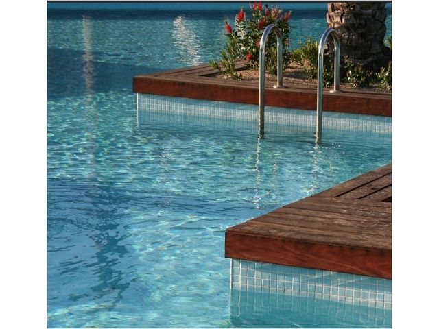 Unikosol piscine peinture sp ciale piscine a base de r sine polyur thane bicomposant en phase for Piscine en resine