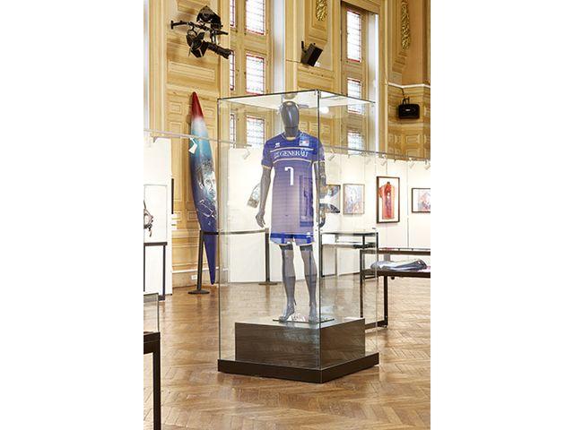 Vitrine En Verre Pour L Exposition De Mannequins Vitrine Mannequin Tout Verre