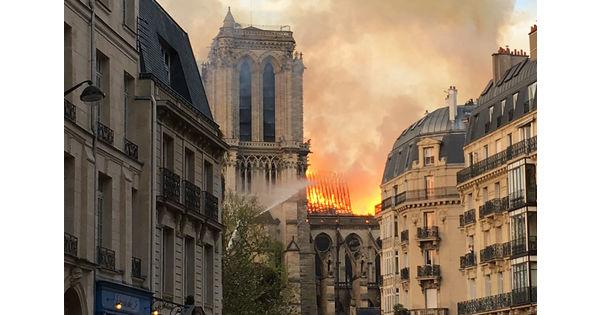 Retour en images sur quelques faits marquants de la semaine. L'incendie de Notre-Dame de Paris, un camion tracté par 10 robots SpotMini, la voiture accidentée... - Le bilan de la semaine