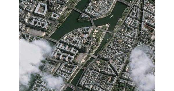 [Vu du ciel] Le toit éventré de la cathédrale Notre-Dame vu de l'espace