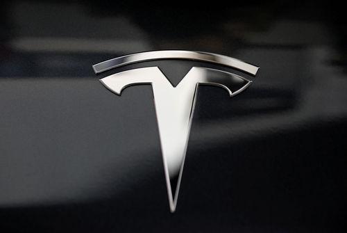 Dans le rouge, Tesla promet un rebond