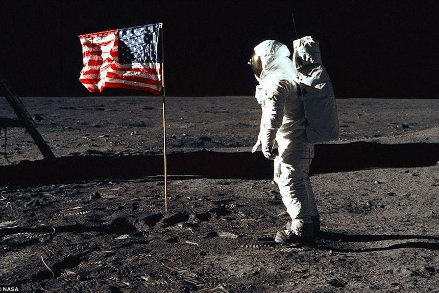 Pence rend hommage aux 'héros' de la mission spatiale Apollo 11