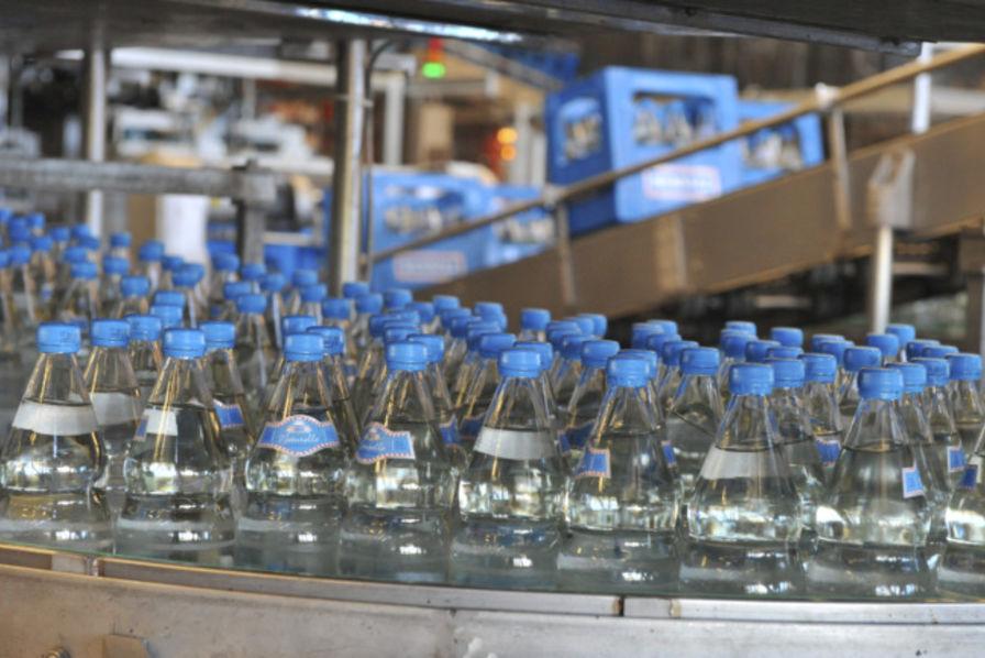 des particules de plastique d tect es dans les bouteilles d 39 eau evian et nestl consommation. Black Bedroom Furniture Sets. Home Design Ideas