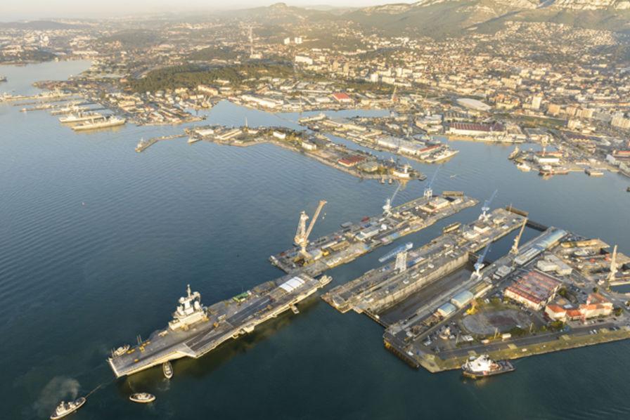 Panorama du charles de gaulle sur son bassin de maintenance construction navale civile ou - Porte avion charle de gaule ...