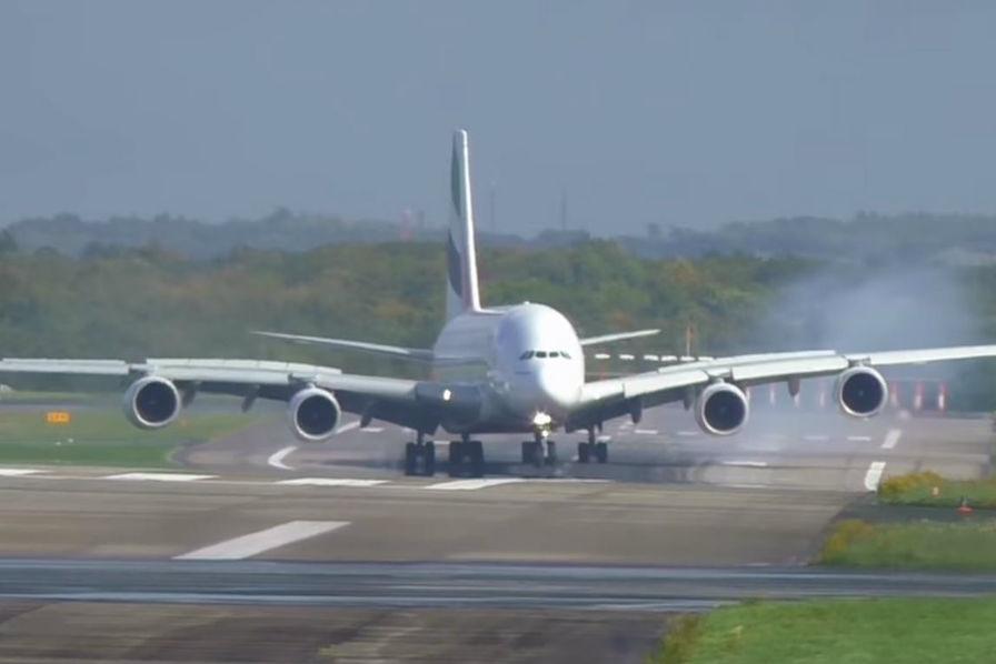 Allemagne: atterrissage spectaculaire pour un A380 de la compagnie Emirates