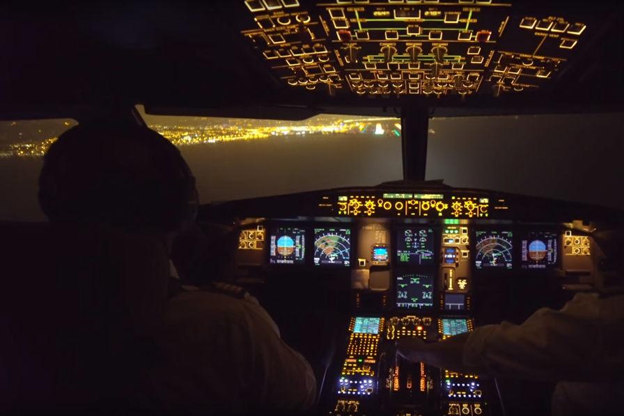 vido dans le cockpit dun airbus a320 atterrissant de nuit nice