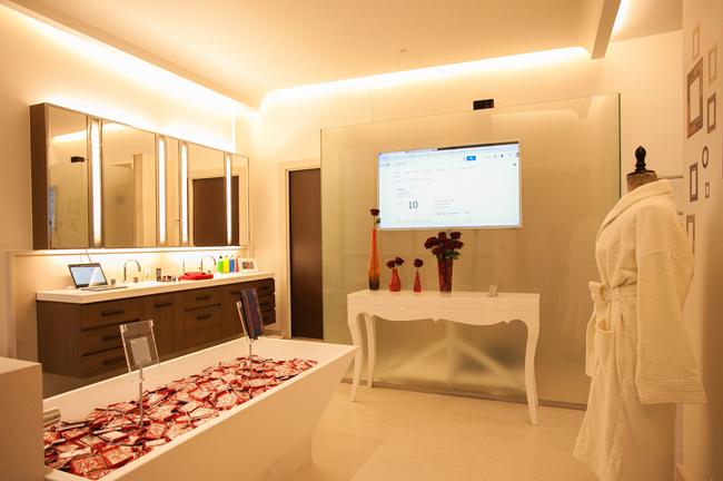 google montre ses muscles avec une maison connect e au coeur de paris. Black Bedroom Furniture Sets. Home Design Ideas