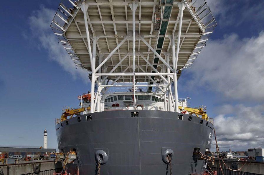 En images : un bateau grue de 141 mètres quitte le