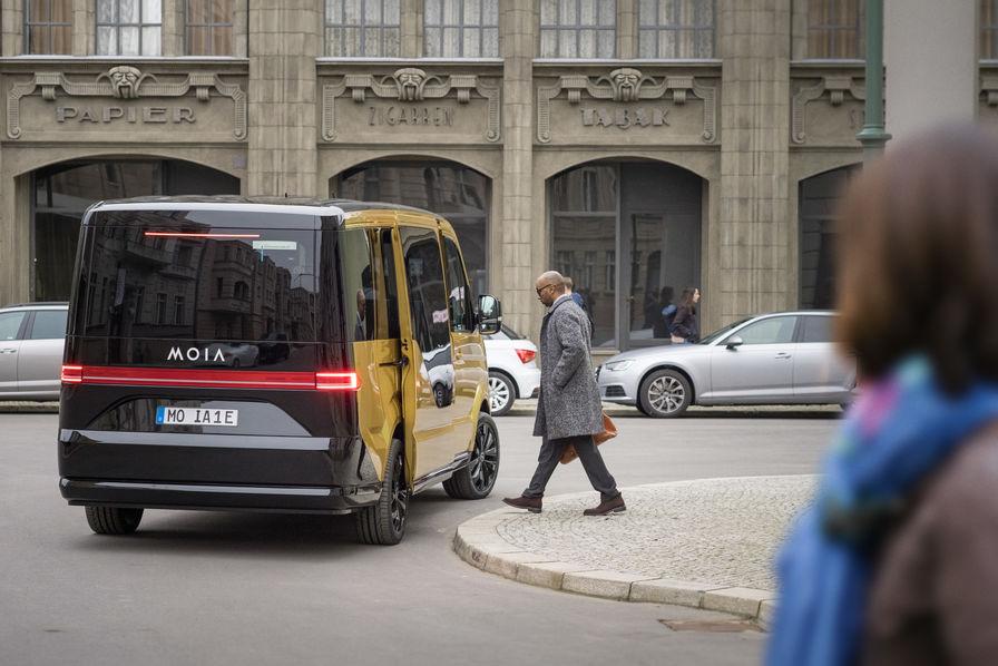vid o avec moia et son minibus lectrique volkswagen vise le march du covoiturage l 39 usine auto. Black Bedroom Furniture Sets. Home Design Ideas
