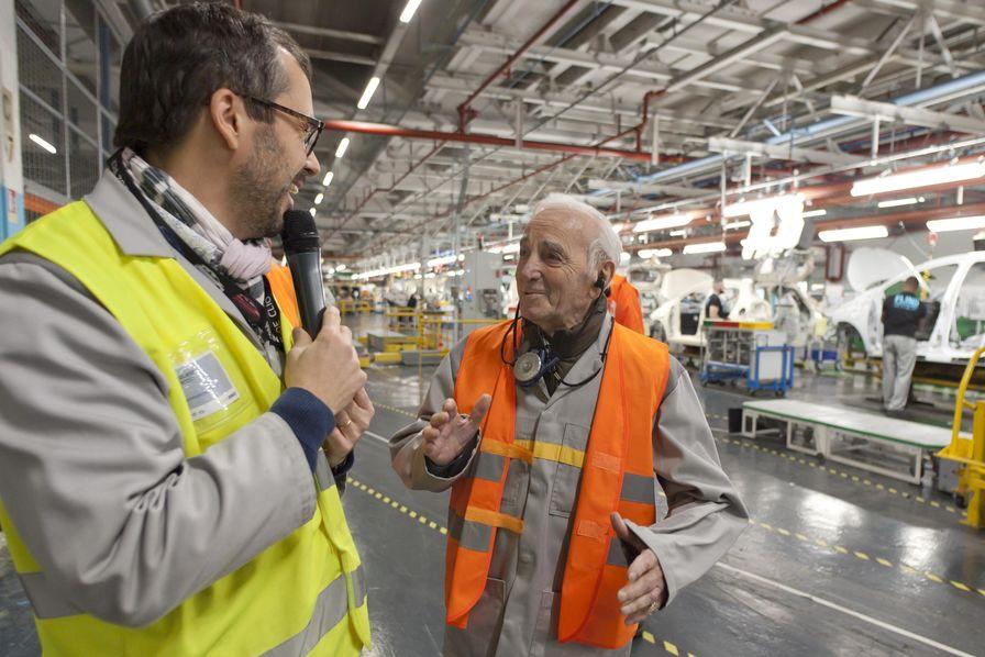 quand charles aznavour visitait l 39 usine renault de flins l 39 industrie c 39 est fou. Black Bedroom Furniture Sets. Home Design Ideas