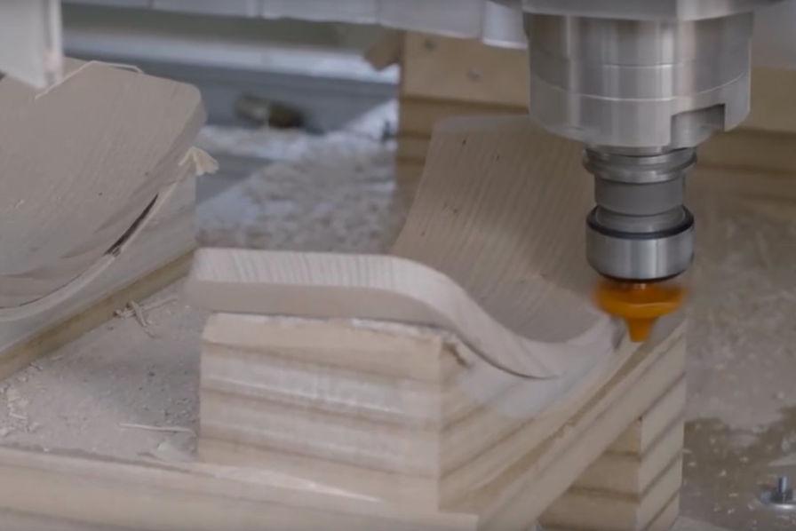 l 39 industrie c 39 est fou avec un simple morceau de bois il fabrique une chaise l 39 industrie c. Black Bedroom Furniture Sets. Home Design Ideas