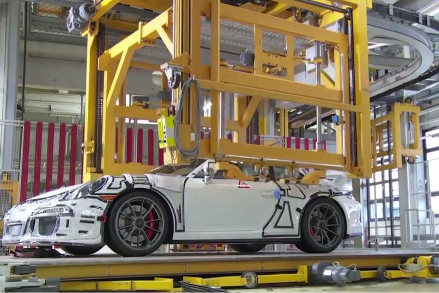 vid o la porsche 911 comme vous ne l avez jamais vue sur sa ligne de production l 39 usine auto. Black Bedroom Furniture Sets. Home Design Ideas