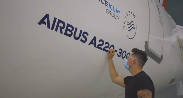 [[Sortie d'usine] A l'usine de Mirabel au Québec, Airbus prépare le premier A220 destiné à Air France] - Usine Nouvelle