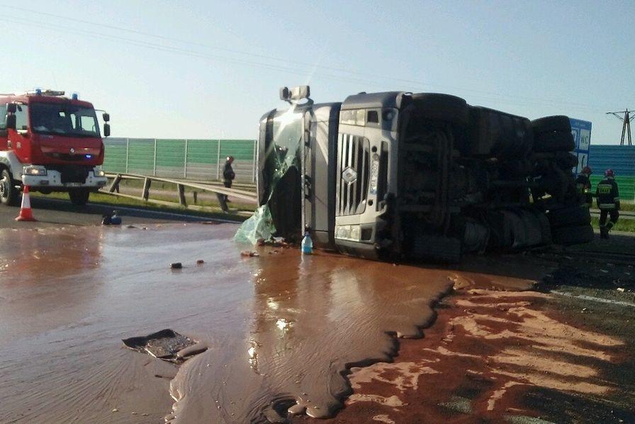 Quand un fleuve de chocolat chaud se forme sur une autoroute — Pologne