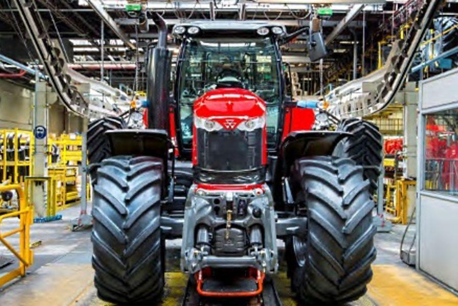 Un nouveau tracteur pour agco beauvais quotidien des - Cabine de douche fabrication francaise ...