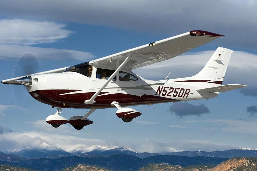 vidéo un petit avion atterrit sur une autoroute en californie au