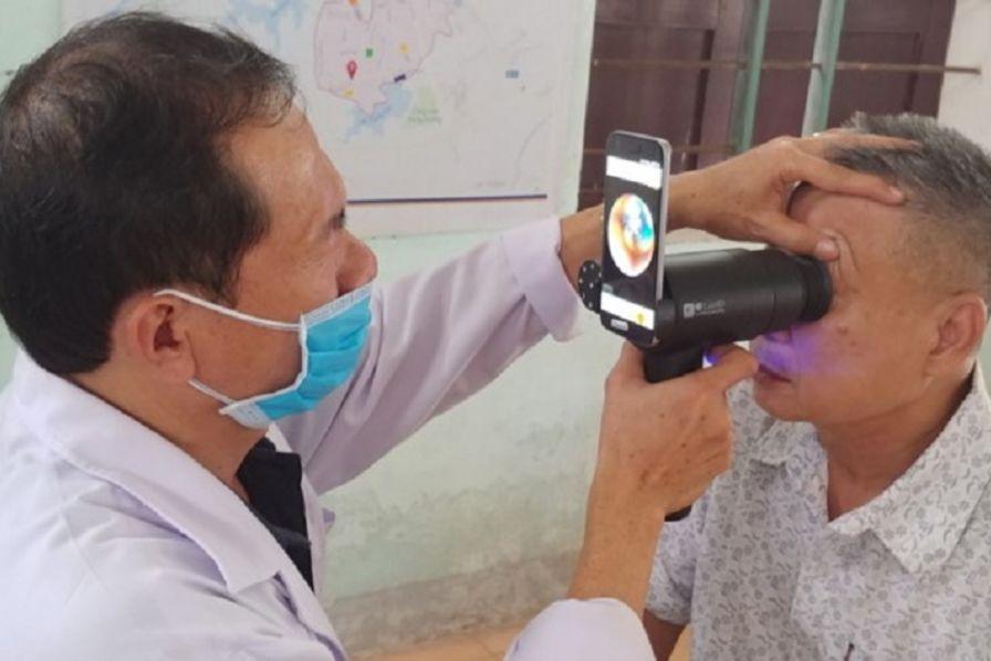 Comment Samsung recycle ses vieux smartphones en instruments de diagnostic  ophtalmique