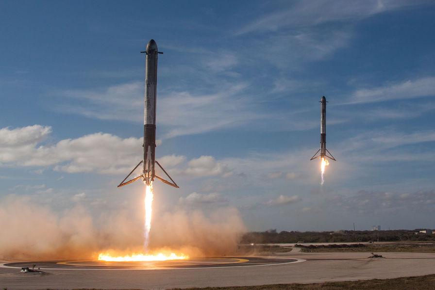 SpaceX : revivez en images le spectaculaire lancement de nuit du Falcon Heavy