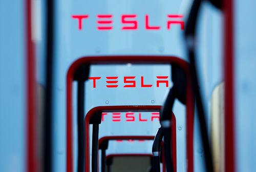 Des livraisons au-dessus des attentes, le cours atteint des records — Tesla