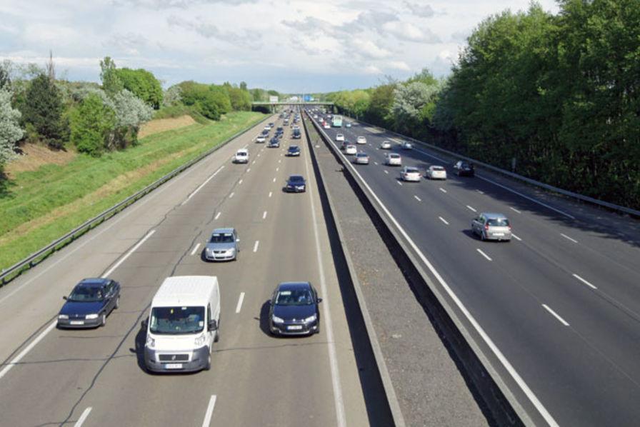 PSA tire les constructeurs français, Renault voiture-balais — Automobile