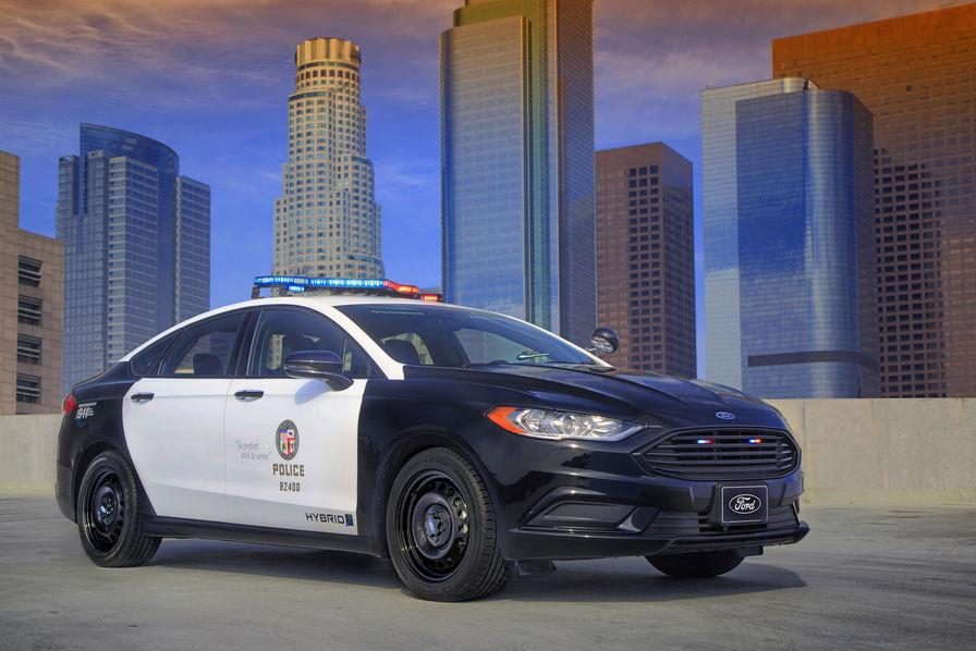 vid o ford d voile la premi re voiture de police hybride l 39 usine auto. Black Bedroom Furniture Sets. Home Design Ideas