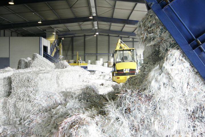 les recycleurs de papier multiplient les appels l 39 aide l 39 usine mati res premi res. Black Bedroom Furniture Sets. Home Design Ideas