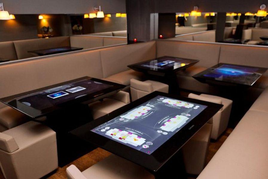 La table tactile s invite dans la restauration technos - Table de salon avec ecran tactile ...