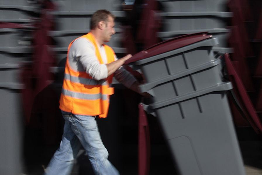 plastic omnium rend les poubelles plus vertes recyclage d chets. Black Bedroom Furniture Sets. Home Design Ideas