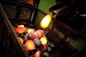 300 000 boules de pétanque sortent chaque mois de l'usine de  Saint-Bonnet-le-Château.