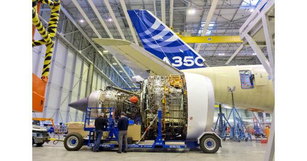 Airbus immortalise l'installation des réacteurs Rolls-Royce de son premier A350