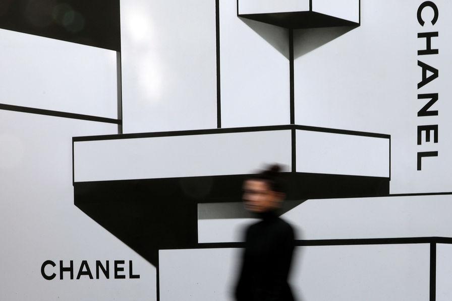 e2d0429791 Chanel ne veut toujours pas vendre en ligne ses sacs et son prêt-à ...