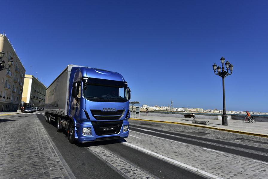 iveco a rendez vous avec le futur de son camion semi remorque gnl transport. Black Bedroom Furniture Sets. Home Design Ideas