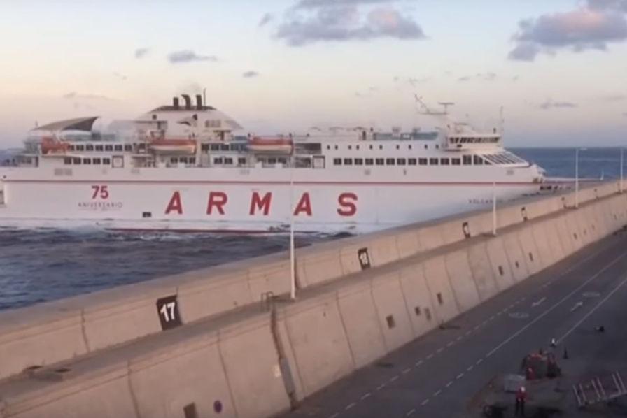 En panne de moteur, un ferry s'encastre dans une digue aux Canaries